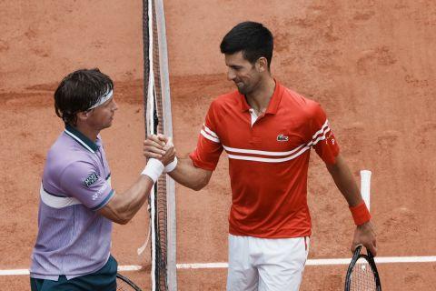 Ο Τζόκοβιτς με τον Μπεράνκις μετά το τέλος της αναμέτρησης τους για τον τρίτο γύρο του Roland Garros /5-6-2021