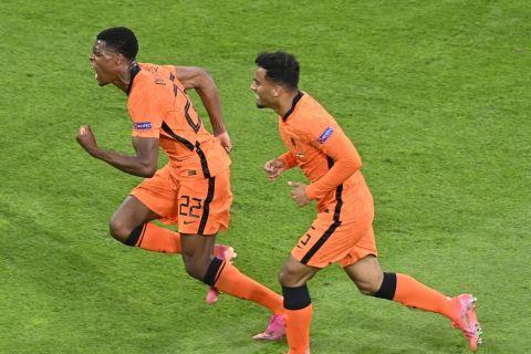 Ο Ντένζελ Ντάμφρις πανηγυρίζει το γκολ του στο Ολλανδία - Ουκρανία