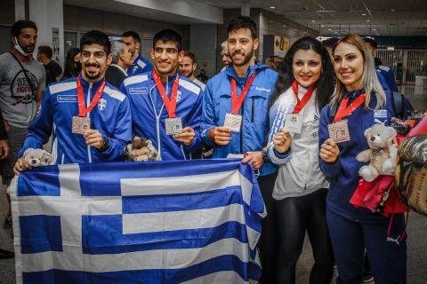 Οι πέντε πρωταθλητές του ευρωπαϊκού πρωταθλήματος καράτε στην επιστροφή τους στην Ελλάδα.