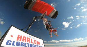 Πήδηξε από ύψος 13.000 ποδιών με αλεξίπτωτο και κάρφωσε!