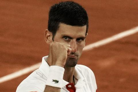 Ο Νόβακ Τζόκοβιτς με σφιγμένη τη γροθιά του ύστερα από έναν κερδισμένο πόντο στον ημιτελικό του Roland Garros με αντίπαλο τον Ράφα Ναδάλ