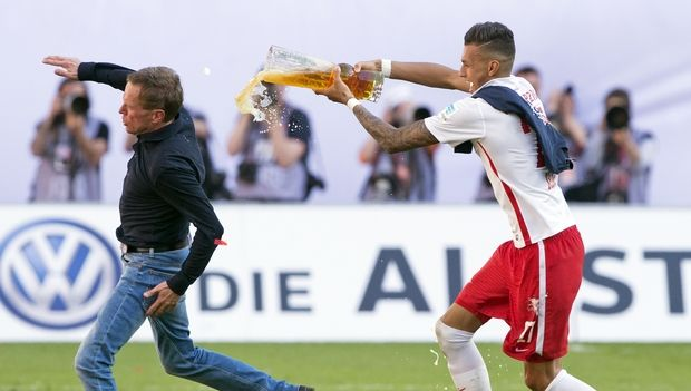 Leipzig's Davie Selke, right, gives a beer shower to RB Leipzig coach Ralf Rangnick, left, after winning the German second division Bundesliga soccer match between RB Leipzig and Karlsruhe SC at the Red Bull Arena soccer stadium in Leipzig, Germany, Sunday, May 8, 2016. Leipzig joined German second-division champion Freiburg in the Bundesliga next season, clinching promotion with a 2-0 win at home over Karlsruher SC. (AP Photo/Jens Meyer)