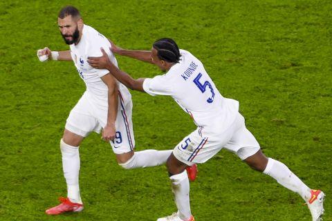 Ο Κουντέ πανηγυρίζει γκολ με τον Μπενζεμά στο Βέλγιο - Γαλλία για το Nations League.
