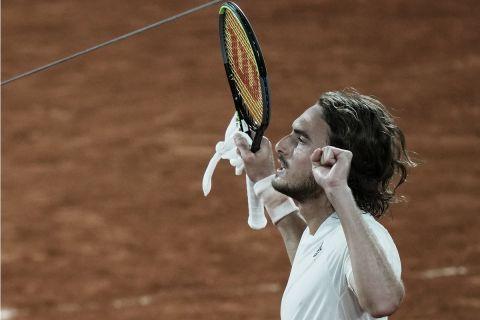 Ο Στέφανος Τσιτσιπάς πανηγυρίζει την πρόκριση στα ημιτελικά του Roland Garros μετά τη νίκη επί του Μεντβέντεφ