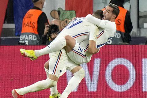 Οι Τέο Ερνάντεζ και Μπενζεμά πανηγυρίζουν το γκολ του πρώτου για το 3-2 της Γαλλίας επί του Βελγίου | 7 Οκτωβρίου