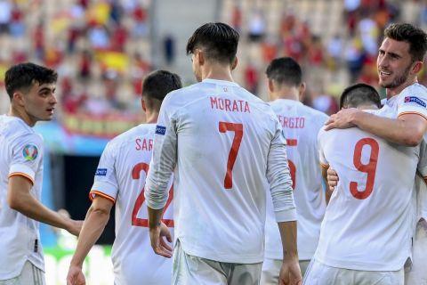 Οι παίκτες της Ισπανίας πανηγυρίζουν γκολ που σημείωσαν κόντρα στην Σλοβακία