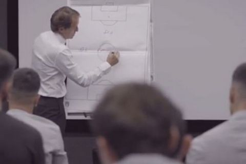 Ο Ρομπέρτο Μαντσίνι βγάζει ομιλία στους παίκτες του στα αποδυτήρια πριν από την έναρξη του τελικού του Euro 2020 με την Αγγλία