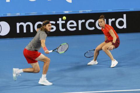 Στέφανος Τσιτσιπάς και Μαρία Σάκκαρη στο παιχνίδι κόντρα σε Φέντερερ και Μπέντσιτς στην Αυστραλία το 2019.