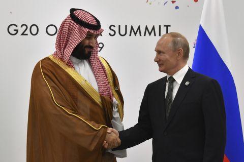 Ο πρίγκιπας της Σαουδικής Αραβίας, Μοχάμεντ μπιν Σαλμάν, και ο πρόεδρος της Ρωσίας, Βλαντιμίρ Πούτιν, σε στιγμιότυπο της συνάντησης της G20 στην Οσάκα | Σάββατο 29 Ιουνίου 2019