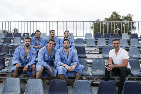 Ο Γιώργος Καπουτζίδης με τους παίκτες του πόλο