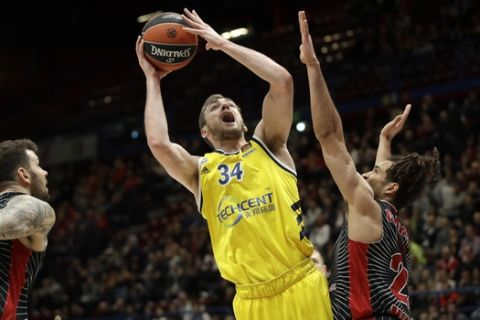 Alba Berlin's Tyler Cavanaugh goes for a basket during the Euro League basketball match between Olimpia Milan and Alba Berlin , in Milan, Italy, Tuesday, Feb. 4, 2020. (AP Photo/Luca Bruno)