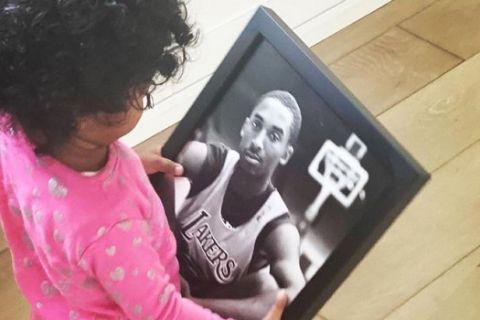 Συγκίνηση: Η 3χρονη κόρη του Κόμπι Μπράιαντ κρατάει φωτογραφία του