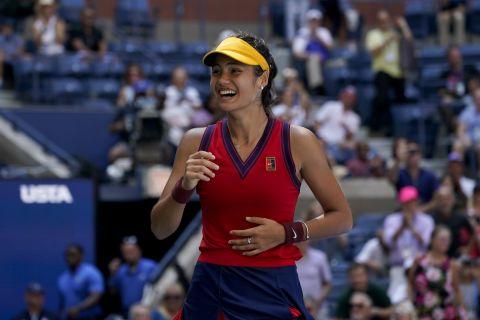 Η Έμα Ραντουκάνου σε στιγμιότυπο της αναμέτρησης με την Μπελίντα Μπέντσιτς για τα προημιτελικά του US Open 2021, Νέα Υόρκη | Τετάρτη 8 Σεπτεμβρίου 2021
