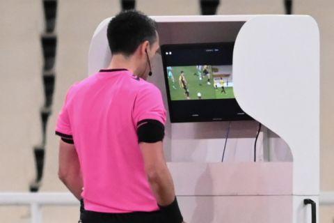 Διαιτητής ελέγχει φάση μέσω VAR σε αγώνα play offs της Super League μεταξύ ΑΕΚ και Παναθηναϊκού   21 Απριλίου 2021
