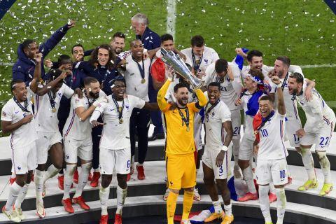 Ο Ούγκο Λιορίς υψώνει το τρόπαιο του Nations League στον ουρανό