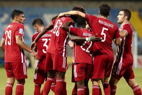 Οι παίκτες του Ολυμπιακού πανηγυρίζουν γκολ κόντρα στη Λαμία