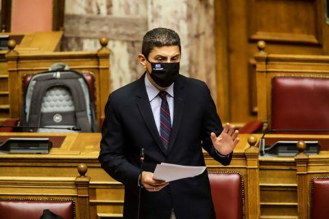 Ο Λευτέρης Αυγενάκης στο βήμα της Βουλής