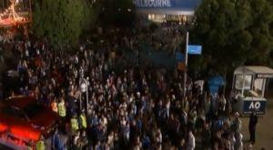 """Τσιτσιπάς – Φέντερερ: Οι """"τρελοί"""" πανηγυρισμοί τον Ελλήνων έξω από το γήπεδο"""
