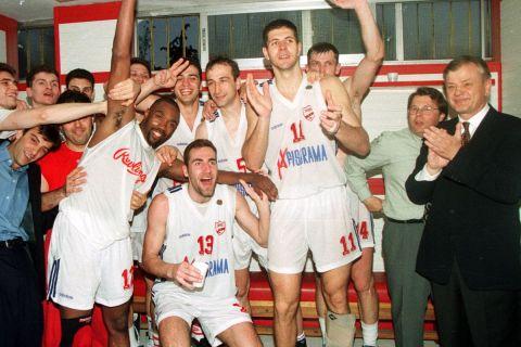 Οι παίκτες του Πανιωνίου πανηγυρίζουν με τον Ντούσαν Ίβκοβιτς να στέκεται χαμογελαστός δίπλα τους