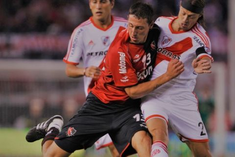 River Plate's Matias Almeyda, right, fights for the ball with Cristian Lema of Newell's Old Boys in their Argentina league soccer match in Buenos Aires, Argentina, Saturday March 26, 2011. (AP Photo/Natacha Pisarenko)