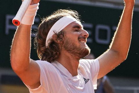 Ο Στέφανος Τσιτσιπάς πανηγυρίζει τη μεγάλη νίκη του επί του Ζβέρεφ στον τελικό του Roland Garros