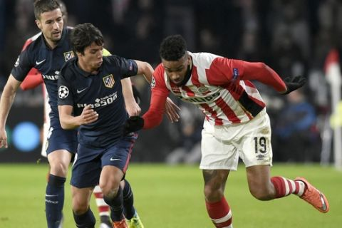 PSV Eindhoven's forward Jurgen Locadia (R) challenges Atletico Madrid's midfielder Oliver Torres during the UEFA Champions League round of 16 first leg football match between PSV Eindhoven and Atletico Madrid at the Philips Stadium in Eindhoven on February 24, 2016.  AFP PHOTO / JOHN THYS / AFP / JOHN THYS        (Photo credit should read JOHN THYS/AFP/Getty Images)