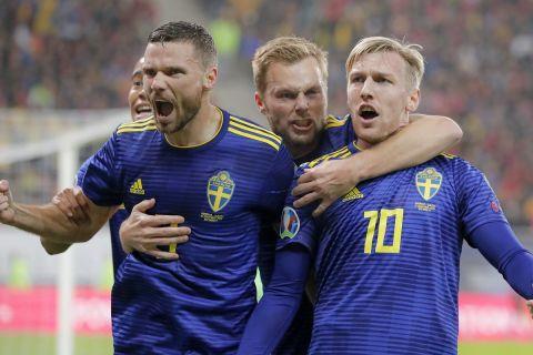 Μπεργκ και Φόρσμπεργκ πανηγυρίζουν γκολ της Σουηδίας κόντρα στην Ρουμανία για τα προκριματικά του Euro 2020 (15 Νοεμβρίου 2019)