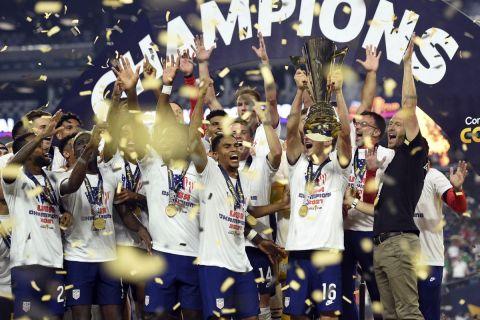 """Οι παίκτες των ΗΠΑ πανηγυρίζουν την κατάκτηση του Gold Cup 2021 έπειτα από τη νίκη τους στον τελικό επί του Μεξικού στο """"Αλέτζιαντ Στέιντιουμ"""", Λας Βέγκας"""