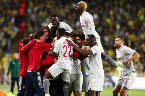 Οι παίκτες του Ολυμπιακού πανηγυρίζουν γκολ κόντρα στη Φενέρμπαχτσε