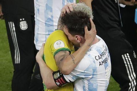 Η αγκαλιά του Νεϊμάρ με τον Μέσι μετά το τέλος του τελικού του Copa America