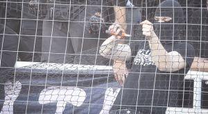 Εικόνες σοκ στο ΟΑΚΑ: Οπαδός του ΠΑΟΚ με κόφτη