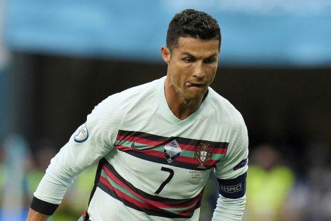 Ο Κριστιάνο Ρονάλντο κοντρολάρει την μπάλα στην αναμέτρηση της Πορτογαλίας κόντρα στην Ουγγαρία για το Euro 2020.