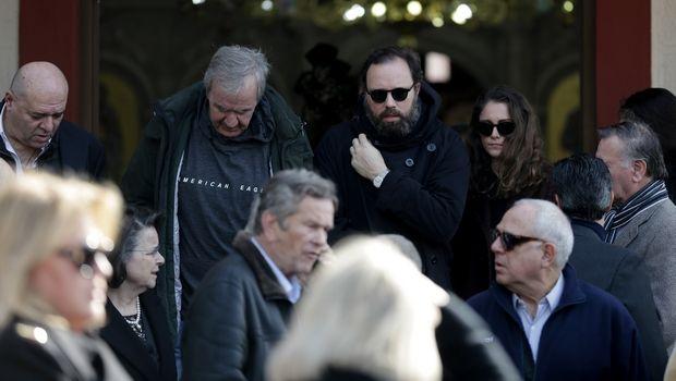 Πλήθος κόσμου στην κηδεία του Αντώνη Λάνθιμου