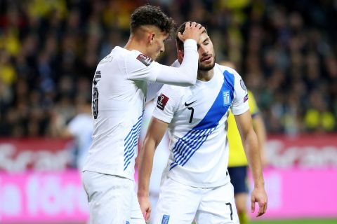 Ο Γιαννούλης παρηγορεί τον Μασούρα μετά τον αγώνα με την Σουηδία