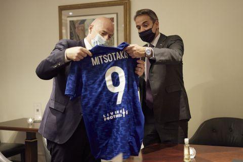 Ο πρόεδρος της FIFA, Τζάνι Ινφαντίνο, δώρισε φανέλα με το Νο 9 στον Έλληνα πρωθυπουργό Κυριάκο Μητσοτάκη