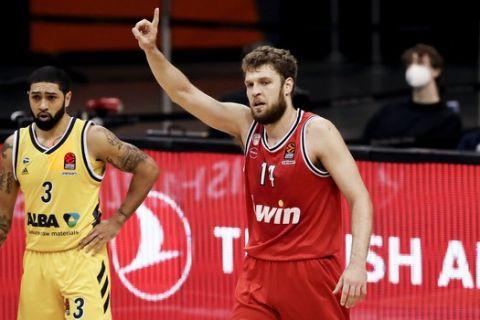 Ο Βεζένκοβ πανηγυρίζει τη νίκη του Ολυμπιακού απέναντι στην Άλμπα για την EuroLeague
