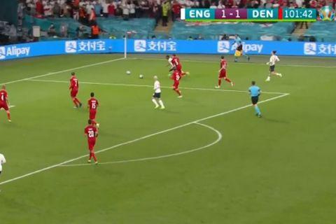 Euro 2020, Αγγλία - Δανία: Δύο μπάλες ταυτόχρονα στον αγωνιστικό χώρο στη φάση του πέναλτι του Στέρλινγκ