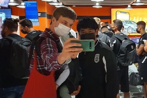 Ο Σίνζι Καγκάβα βγάζει φωτογραφία με θαυμαστή του στο αεροδρόμιο του Ντίσελντορφ