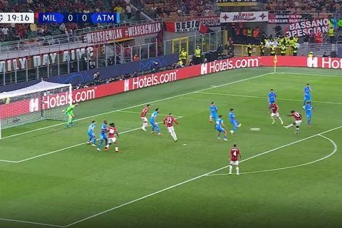 Ο Λεάο σουτάρει για το 1-0 της Μίλαν επί της Ατλέτικο στη 2η αγωνιστική του Champions League