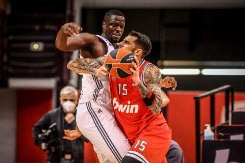 Ο Μουστάφα Φαλ μαρκάρει τον Γιώργο Πρίντεζη στον αγώνα Ολυμπιακός - Βιλερμπάν για τη EuroLeague 2020/21