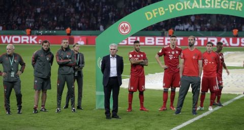 Bayern coach Jupp Heynckes, center, and his team stand on the pitch after the German soccer cup final match between FC Bayern Munich and Eintracht Frankfurt in Berlin, Germany, Saturday, May 19, 2018. (AP Photo/Michael Sohn)