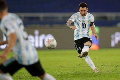 Ο Μέσι σκοράρει με εκπληκτική εκτέλεση φάουλ στον αγώνα της Αργεντινής με τη Χιλή για το Κόπα Αμέρικα