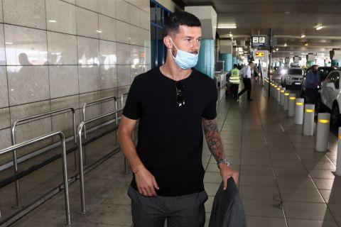 Ο Ντάρκο Γέφτιτς κατά την άφιξή του στην Αθήνα για την ΑΕΚ