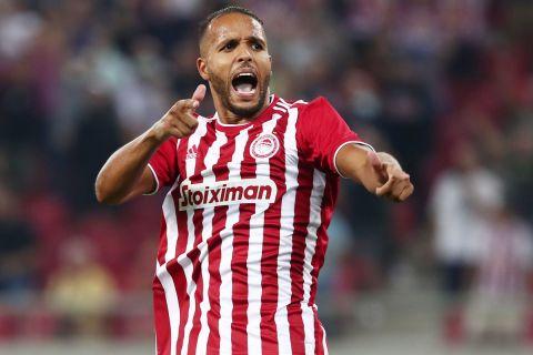Ο Ελ Αραμπί πανηγυρίζει γκολ στο Europa League κόντρα στην Αντβέρπ
