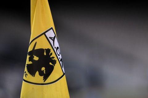 Σημαιάκι του κόρνερ της ΑΕΚ στο ΟΑΚΑ πριν από την αναμέτρηση με τον Παναθηναϊκό.
