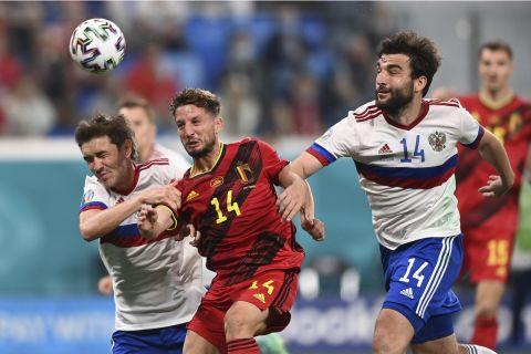 Ο Ντράις Μέρτενς του Βελγίου στους Γιούρι Ζιρκόβ και Γκιόρκι Τζικίγια της Ρωσίας στο Euro 2020