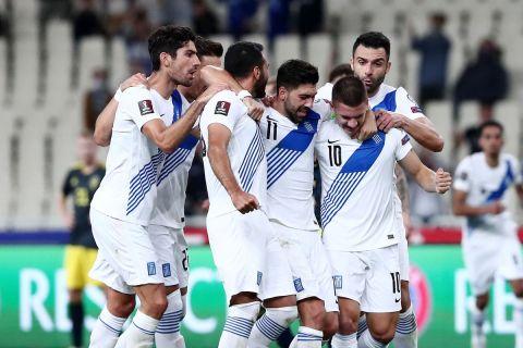 Οι παίκτες της Εθνικής Ελλάδας πανηγυρίζουν νίκη επί της Σουηδίας στα Προκριματικά του Παγκοσμίου Κυπέλλου.