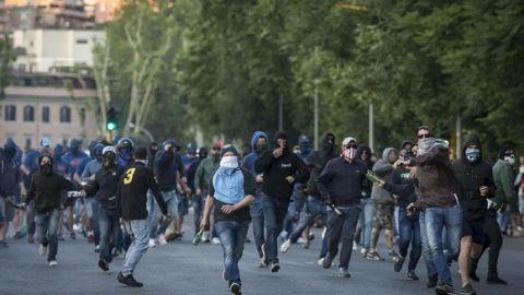 Scontri tra tifosi e forze dell'ordine all'esterno dello stadio Olimpico al termine del derby Lazio - Roma. Roma 25 maggio 2015. ANSA/ANGELO CARCONI