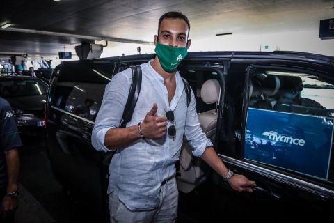 O 30χρονος Ιταλός γκολκίπερ, Αλμπέρτο Μπρινιόλι, κατά την άφιξή του στην Αθήνα για λογαριασμό του Παναθηναϊκού | 3 Σεπτεμβρίου 2021