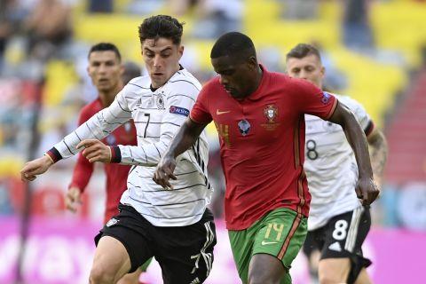 Ο Κάι Χάβερτς μάχεται για την μπάλα με τον Γουίλιαμ Καρβάλιο στο Γερμανία - Πορτογαλία για το Euro 2020.